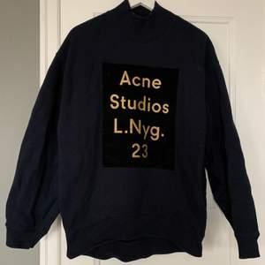 Mörblå tröja med svart sammet och guld logga från Acne. Storlek XS, men passar till mig som är S-M. Bra skick! Kan skickas om köpare står för frakt. 😌