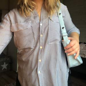Blå och vitrandig skjorta från Zara som tyvärr blivit för liten.