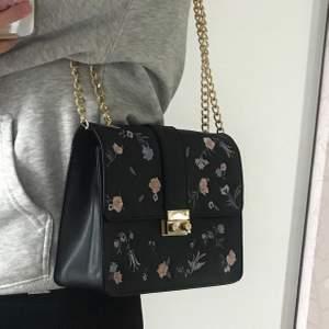 Jättefin handväska med broderade blommor och gulddetaljer💞 Har knappt använt den då jag har andra väskor, så skicket är i princip nyskick! Har ett stort fack och ett mindre med dragkedja. 130kr gratis frakt!!📦💓
