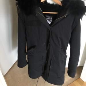 Säljer min svarta parkas jacka ifrån born in Stockholm, använd en vinter. Nypris: 4 399kr