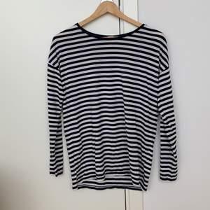 Mörkbå(näst intill svart) och vit randig tröja från h&m. Fint skick. Frakt tillkommer!