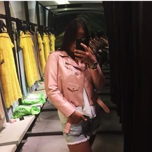 Riktigt cool jacka från Zara köpt 2016 men tyvärr bara använd ca 4 gånger, färgen passar inte riktigt mig. Väldigt bra skick och väldigt skön passform! Har några märken från kedja på väska se bild 3. Frakt ingår 🥰