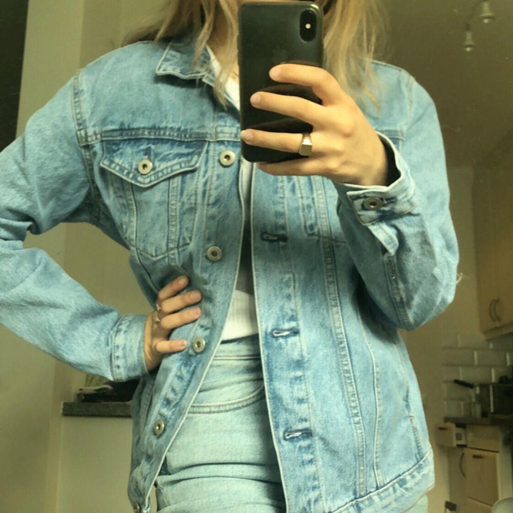 Jättefin jeansjacka som använts en gång från lager 157 i ljusblå färg! Köparen står för frakten! Storlek S💞. Jackor.