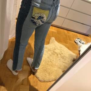 Jättesnygga jeans med tryck på ena fickan.
