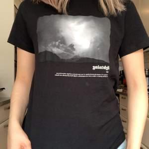 Jättecool svart T-shirt med blixt tryck, se närmare på bild 3. Köpt på lager 157 så säljes billigt, men i fin kvalite! Köparen står för frakten!💞 storlek s/m? Vet inte exakt men sitter bra på mig som är S