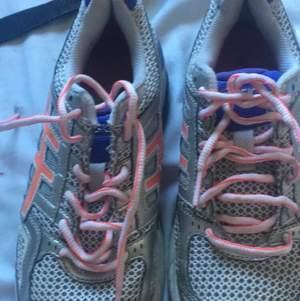 hej jag säljer ett par skor som jag inte använder de e sköna och bra att springa med toppskigt