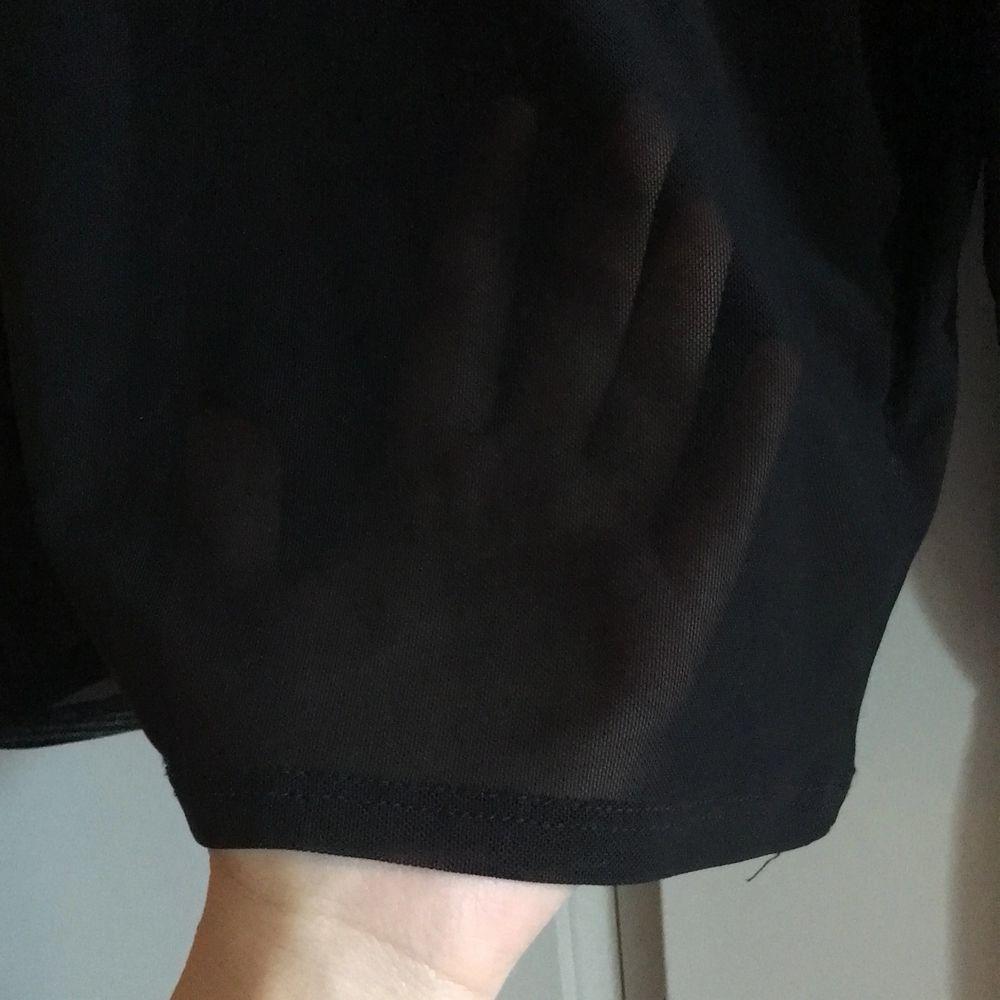 En trendig meshpolotröja från nlyone! Perfekt att ha under klänningar eller tshirts för en edgy look! Frakt ingår i priset. Toppar.