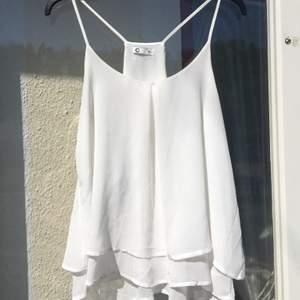 Jättegulligt vitt böljande linne med flera lager. Superfint till sommaren. Knappt använt. Storlek 36 🌸FRAKT INGÅR I PRISET 🌸