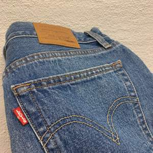 Jättefin kjol från Levis. Säljer den för att den är för stor. Storlek: 29