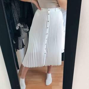 Superfin längre kjol från Stradivarius. Använd 1 gång.