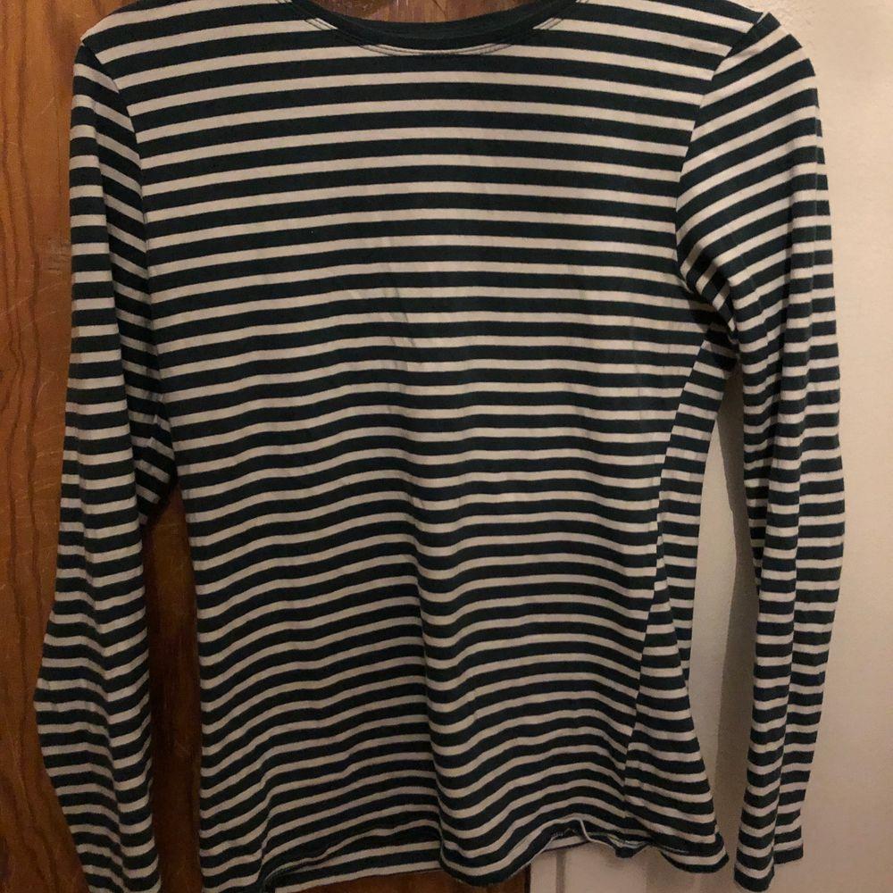 Randig tröja köpt i barcelona på primark, sitter ganska tight på! . Tröjor & Koftor.