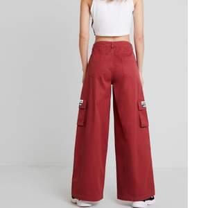 Vinröd byxor från Adidas. Använda 2 gånger köpta för 850kr
