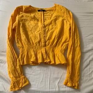 Snygg gul blus ifrån bikbok i storlek S. Den sitter verkligen som en smäck på! Om du vill ha fler bilder, hola at me! 🙋🏼♀️ köparen står för frakten.🌟