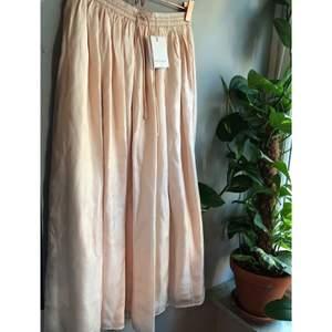 Det här är världens finaste kjol! Briza Skirt i mauve chalk. Slutar strax under knät, ljusrosa äkta siden och resår i midjan. Den är helt oanvänd pga fel storlek, lappen är kvar. Nypris 2199 kr! Säljer för endast 500 💕 frakt tillkommer