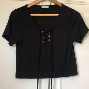 Fin svart tröja med snören, knappt använd