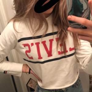 Så fin levis tröja i stel XS men passar S. Bra skick skriv för mer bilder. 💜 kan gå ner i pris