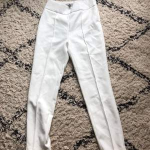 Vita kostymbyxor från HM till salu eftersom de inte längre passar mig och kan därför inte använda dem. Väldigt sköna i materialet😍 Bara använda under en kväll. (Köparen står för frakt)