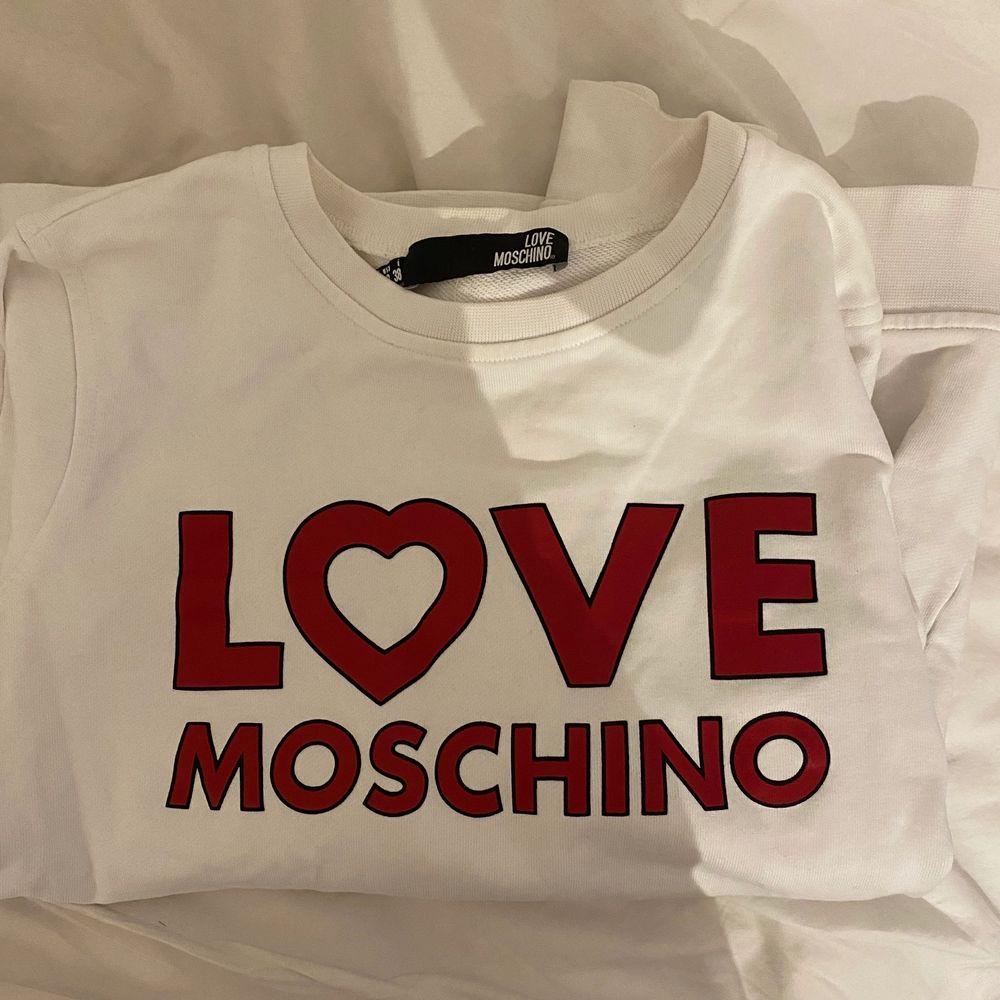Super snygg sweatshirt från Moschino. Använd sparsamt och är i fint skick. Frakt tillkommer . Huvtröjor & Träningströjor.