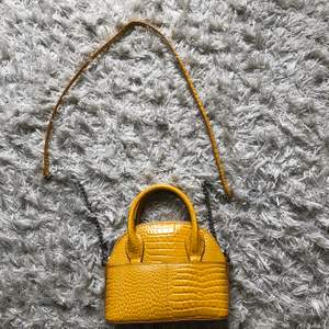 Jättefin gul trendig väska från zara. Har ett kort samt lång band beroende på hur man vill ha den. Diskuterbart pris men köparen står för frakt!💕