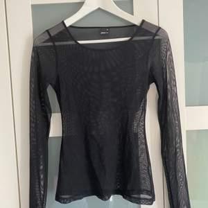 Säljer en genomskinlig tröja från ginatricot i storlek XS!