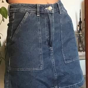 Säljer denna söta jeanskjol ifrån hm, vita sömmar och fickor fram och bak. Endast använd ett par gånger.  Du betalar frakten men möts gärna upp i Stockholm för enkelhetens skull!