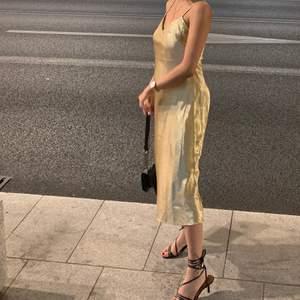 Sjukt fin klänning i storlek 34. Har endast använt 1 gång. Säljer för 100kr & frakt tillkommer 🌸