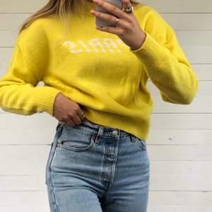 Stickad tröja från & Other Stories. Härlig och somrig gul färg. På bröstet står det Paris. Hör ev er vid intresse! 💛🦋