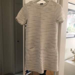 Stickad vit klänning, mycket smickrande. Knappt använd. Frakt som köparen står för tillkommer.