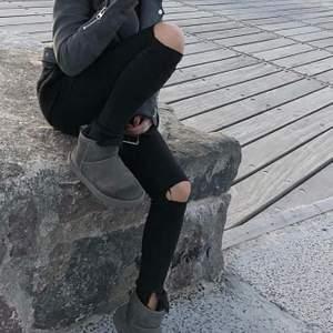 Skit coola håliga jeans som jag fixat själv, passar xs/s och sitter väldigt snyggt på. Jeansen är från ginatricot och modellen heter Alex, de är väldigt stretchiga och sköna💘