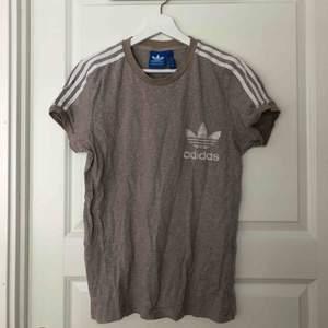 Fin Adidas t-shirt i storlek L. Säljes för 50kr + frakt eller mötas upp i Stockholm