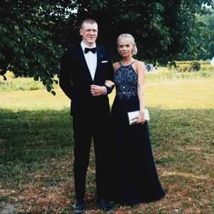 BALKLÄNNING FÖR HALVA PRISET, säljer min balklänning jag hade en gång på balen i juni 2018, som ny i skick, med pärlor, lite släp och dragkedja där bak, jag är 168cm, sjukt vacker klänning! Kan gå ner i pris i viss mån :)