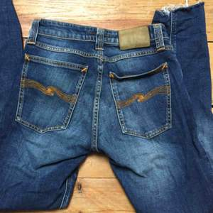 Nudie Jeans, med avklippta ben. Sitter snyggt på mig som är strl 25. Köpare betalar frakt 40kr