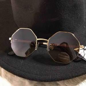 Snygga solglasögon som är köpta i Sydney, Australien på en retro marknad. Aldrig använda, skick:10/10  Pris kan diskuteras!