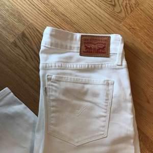 711 vita skinny Levis jeans, plagget har aldrig används utan endast testats. Storleken 29 är M i EU storlek men passar även någon som har storleken S, lite beroende på hur man vill att dem ska sitta.  Frakten ingår i priset.