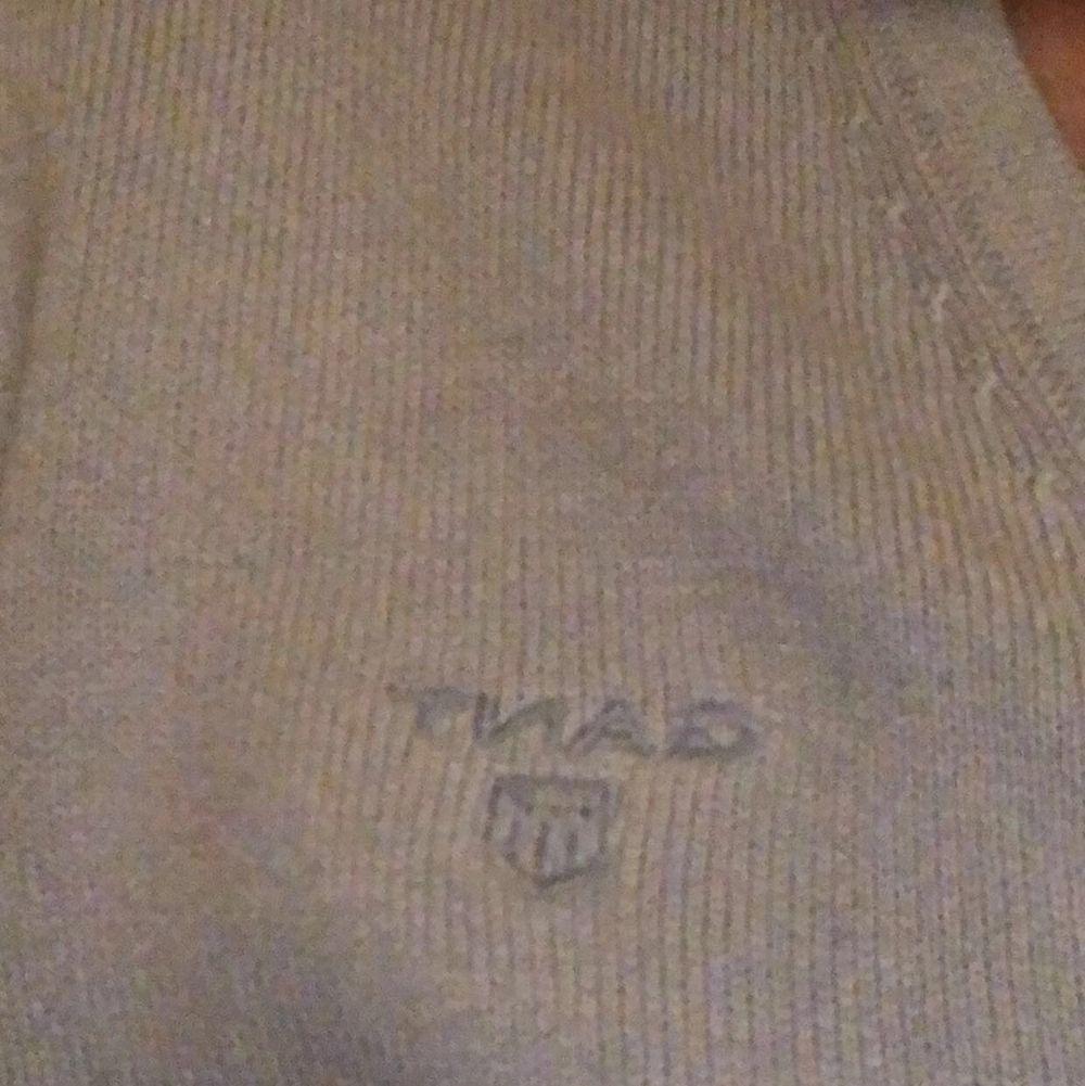 En ljusblå v-ringad gant tröja, knappast använd💕. Stickat.