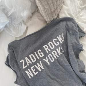 Grå t-shirt från zadig och Voltaire. Använd ett fåtal gånger. Självklart äkta!🤎