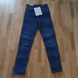 Jeans från KARVE. Prislapp sitter kvar. Storlek S