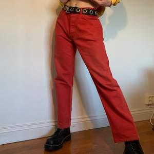 Röda raka 90s vintage midwaisted Levi's jeans i den ikoniska modellen 501 🧶 Jag skulle rekommendera antingen en gul eller vit (ljusa färger) topp och ett par mörka skor för att skapa en harmonisk färgpalett! Byxorna är märkta som W 33, L36 och har har följande mått: midjemått: 84 cm, byxlängd: 98 cm, innerbenslängd: 72 cm