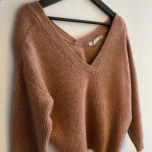 Jättefin stickad tröja från NA-KD🥰 V-ringad både fram och i ryggen🤎 Snygg, smutsrosa färg🥰 Använd ett fåtal gånger