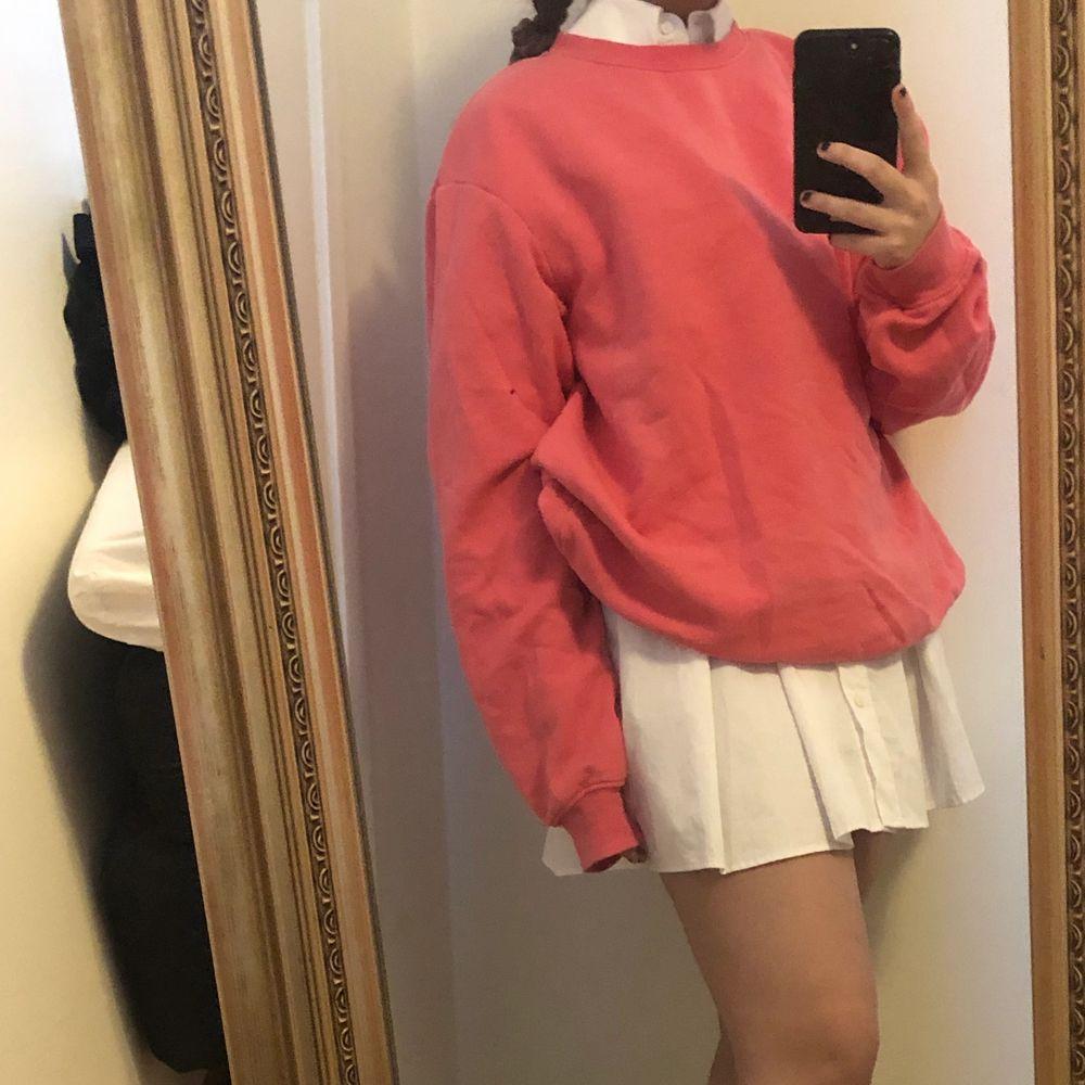 Säljer min rosa tröja i storlek L och passar bra över klänningar men även till jenas. Jag brukar vanligtvis ha S i tröjor. . Tröjor & Koftor.