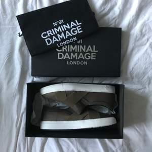 Från det engelska märket Criminal Damage. Aldrig använda. Snygg färg. Skickas i orginalboxen med dustbag.