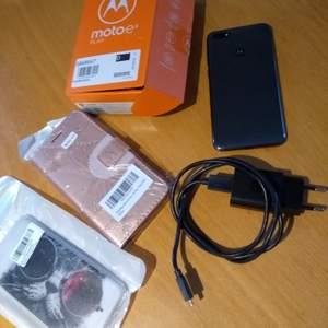 INTRESSEKOLL En använd Motorola Moto e6 Play med alla tillbehör såsom kartong, laddare, genomskinligt silikonskal, nål att trycka ut SIM-korten med och informationshäfte. Skickar även med två oöppnade skal - ett silikonskal och ett plånboksfodral. Telefonen köptes för 1000:-. Vill du ha billigare frakt och vill inte ha kartongen? Säg till!
