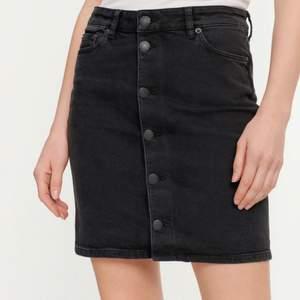 Säljer en svart jeanskjol från märket Samsoe Samsoe. Två fickor på baksidan. Knappt använd. 98 % ekologiskt bomull. Ordinarie pris 999 kr.