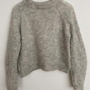 En grå stickad tröja från hochm i fint skick! Säljer då jag inte använder den längre! Väldigt basis så passar till mycket. Jag tycker materialet liknar kashmir lite!