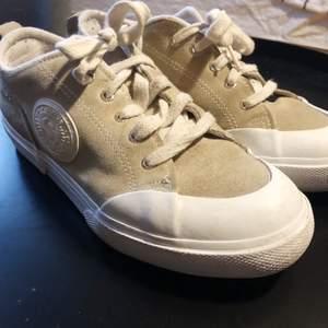 Superga skor köpa på second hand i Paris. Knappt använd av mig! De är i en beige/ljusgrön färg i mocka superfina men tyvärr för små för mig. Frakt tillkommer!