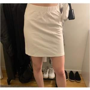 Superfin kjol från Nelly med lapparna kvar, köparen står för frakten🤍