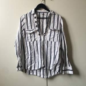 Riktigt ball skjorta från Gina🤍 går att styla på massa sätt, lite offshoulder, sätta dit en häftigt band, ett bälte i midjan osv. Sticker verkligen ut!✨ jättebra skick!