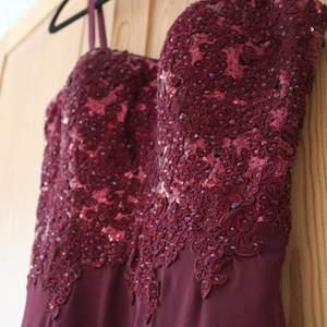Vacker, oanvänd balklänning i storlek 34 från märket