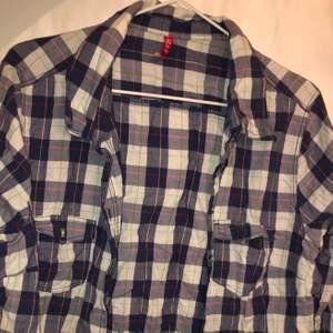 långärmad skjorta med fina detaljer i olika färger! kan även denna användas om man är mindre som oversized eftersom den är i XL (väldigt skrynklig på bilden ursäkta😖)