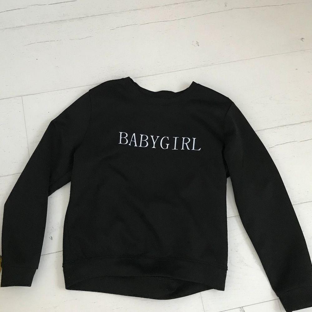 """Säljer en svart tröja med trycket """"babygirl"""" då den tyvärr  inte kommer till användning längre. Bra skick.. Tröjor & Koftor."""